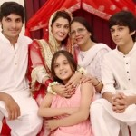 Ayeza Khan with her mother and siblings