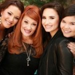 Demi-Lovato with her mom and two sisters
