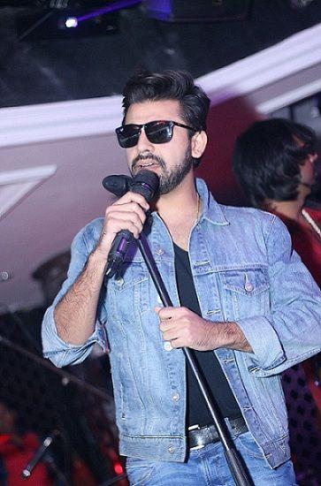 Farhan Saeed singing