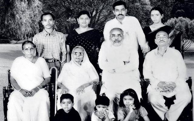 Narendra Modi with his Mother (left) and other Keluarga Members