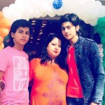 Siddharth Nigam with his mother and brother