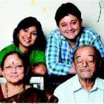swapnil-joshi-with-his-parents-and-wife-leena-aradhye