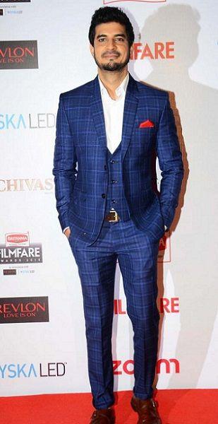 Tahir Raj Bhasin Posing at an award function