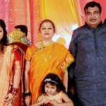 Nitin Gadkari With His Wife (C) and Daughter (L)