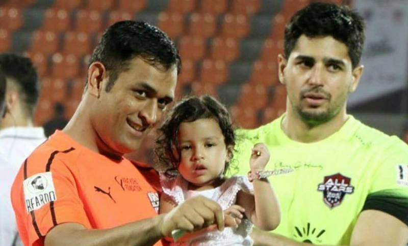 Ziva Dhoni With His Father And Actor Siddharth Malhotra