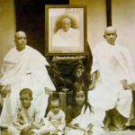 C. A. C. Bhaktivedanta Swami Prabhupada's Keluarga, From Left Swami Prabhupada (Sitting), Portrait of His Father Gaur Mohan De (Middle), His Brother Krishna Charan (Sitting), His Son Prayag Raj (Sitting Frontside Left), His Second Son (Sitting Middle), His Daughter Sulakshman (Sitting Frontside Right)